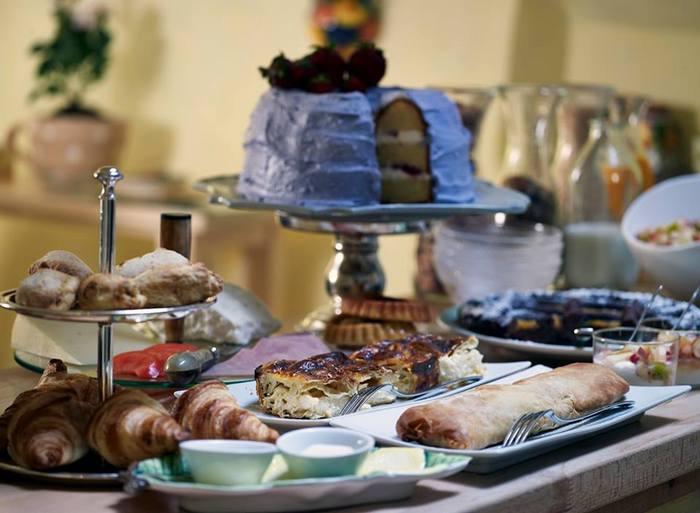 Πριν καν βγούμε να απολαύσουμε την φύση -που αυτή την εποχή έχει φορέσει τα καλά της- η Μαρίνα Βάγγερ μας περιμένει στην καλόγουστη τραπεζαρία με ένα πλούσιο πρωινό! Ο αστείρευτος γαστρονομικός πλούτος της Πελοποννήσου - με όλη την απλότητα, την καθαρότητα και την αγνότητα των τοπικών προϊόντων – εκφράζεται με τον πιο γευστικό τρόπο μέσα από ένα γνήσιο ελληνικό πρωινό στο ξενοδοχείο VILLA VAGER. Πρώτες ύλες διαλεγμένες από τους τοπικούς παραγωγούς μας , προϊόντα ποιότητας και υψηλής διατροφικής αξίας, παραδοσιακά Αρκαδικά εδέσματα συνθέτουν την γαστρονομική κουλτούρα και την ιδιαίτερη φυσιογνωμία της περιοχής...