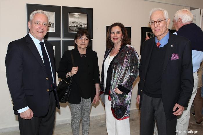 Ο Πρέσβης των ΗΠΑ στην Ελλάδα David D. Pearce με τη σύζυγό του Leyla Pearce, την διευθύντρια της γκαλερί Citronne και ιστορικό τέχνης, Τατιάνα Σπινάρη – Πολλάλη και τον φωτογράφο Robert ΜcCabe