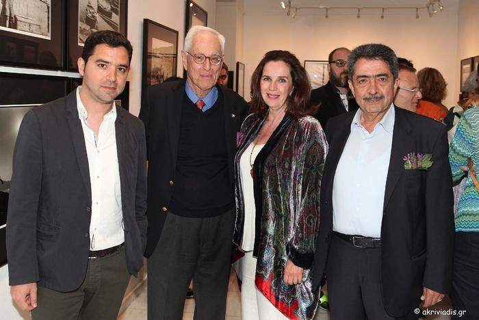 Ο Δήμαρχος Πόρου, Γιάννης Δημητριάδης, με τον φωτογράφο Robert ΜcCabe, την διευθύντρια της γκαλερί Citronne και ιστορικό τέχνης, Τατιάνα Σπινάρη – Πολλάλη και τον Αντιπεριφερειάρχη Νήσων, Παναγιώτη Χατζηπέρο