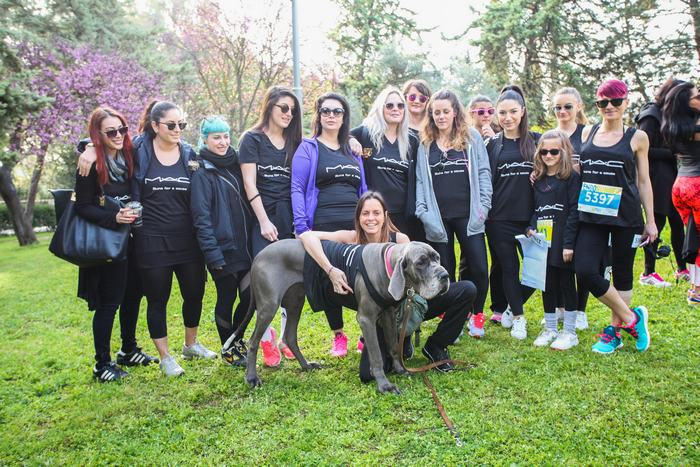 Η Κατερίνα Κιάσσου, Brand Manager της Mac, με την ομάδα Mac, που συμμετείχε (όπως και πολλές άλλες εταιρείες) για να στηρίξει την Δράση RUN/WALK και να περάσει το μήνυμα ενάντια στην Ενδομητρίωση.