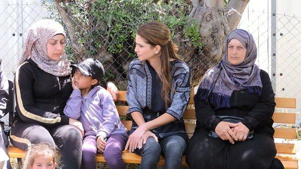 Η Βασίλισσα Ράνια της Ιορδανίας με πρόσφυγες που φιλοξενούνται στη Μυτιλήνη.