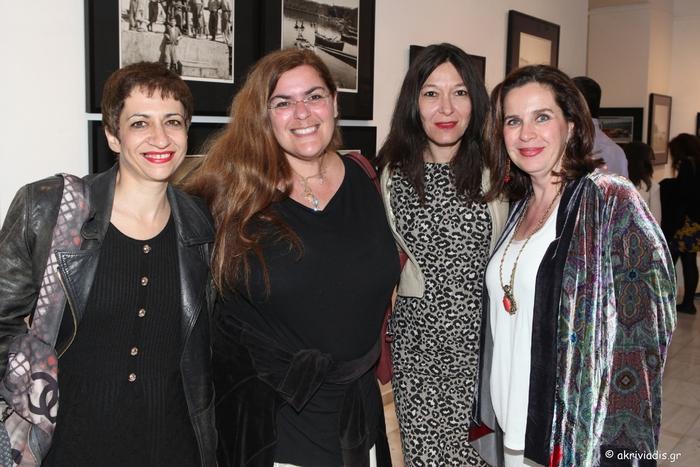 Η Τίνα Μανδηλαρά, η Ευάνα Βενάρδου και η Μαρίνα Τσικλιτήρα με την διευθύντρια της γκαλερί Citronne και ιστορικό τέχνης, Τατιάνα Σπινάρη – Πολλάλη