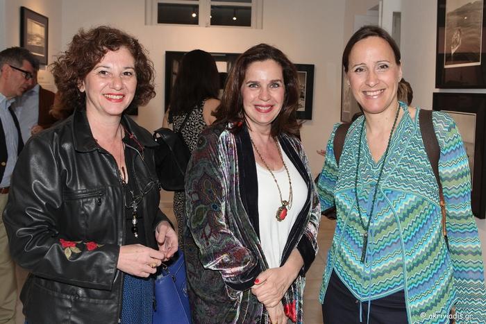 Η Βάσω Τζεβελέκου με την διευθύντρια της γκαλερί Citronne και ιστορικό τέχνης, Τατιάνα Σπινάρη – Πολλάλη και την Κατερίνα Λυμπεροπούλου