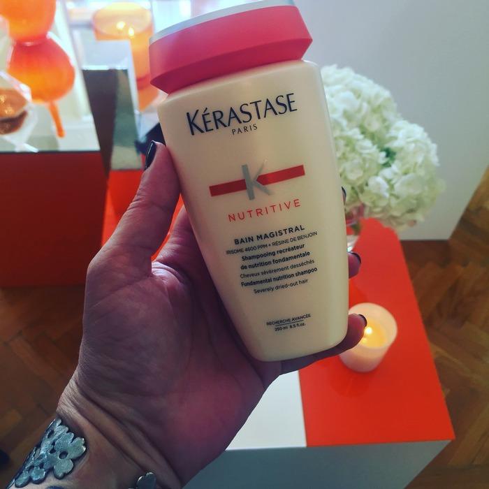 """Επειδή τα πιο ξηρά μαλλιά χρειάζονται απόλυτα εξειδικευμένη περιποίηση, η Kérastase ενίσχυσε τη δύναμη θρέψης της πολυαγαπημένης μάρκας NUTRIT ?ERMIQUE και την λανσάρει ξανά ως NUTRITIVE MA?ISTRA? ?η γαλλική λέξη ?a?istra? σημαίνει """"αριστοτεχνικός"""" ή """"εξαιρετικός""""?. Όπως δηλώνει το νέο του όνομα, αυτό το πρόγραμμα περιποίησης για το σπίτι είναι πραγματικός ειδικός στην τέχνη της αποτελεσματικής θρέψης, αφήνοντας τα μαλλιά ελαστικά, λαμπερά και ευκολοχτένιστα. Η γκάμα των προϊόντων συνδυάζει πλέον το Iriso?e στην υψηλότερη συγκέντρωσή του μέχρι σήμερα ??.?00 ???? με ρητίνη βενζόη από το δέντρο στύρακας, για να αναπληρώνει τα θρεπτικά συστατικά της τρίχας..."""