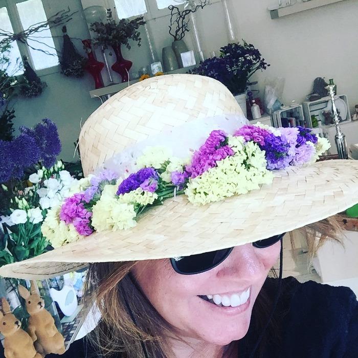 Το Καπέλο που έφτιαξε η Αντουανέτα με ολόφρεσκα Αμάραντα. Κοστίζει 35 ευρώ, τα λουλούδια θα παραμείνουν φρέσκα για πάνω από έναν μήνα, ενώ θα σας μείνει και το καπέλο...