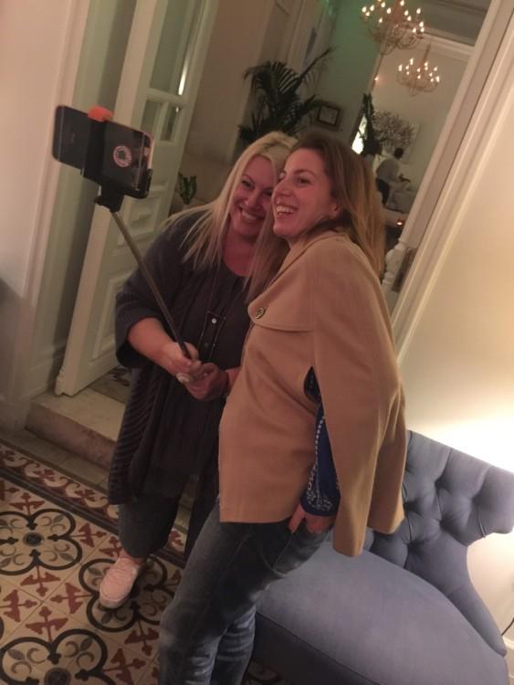 Το Ευάκι. Η Ευούλα, η Εύη Φέτση. Αρχίζει το τρελό γέλιο... Χθες ανέβηκε το site της -blondconfusion.com- on air, και έγραφε για την αγάπη της για τις Σπέτσες. Πως οι Σπέτσες είναι η καινούργια Μύκονος της καρδιάς της...