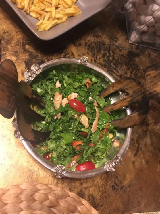 Μαζί με την πράσινη σαλάτα μου, με ντοματίνια, κοτόπουλο, vinaigrette εσπεριδοειδών και κάσιους. Ναι, καλά καταλάβατε, το μόνο που έκανα είναι να περιχύσω την σαλάτα με την vinaigrette...