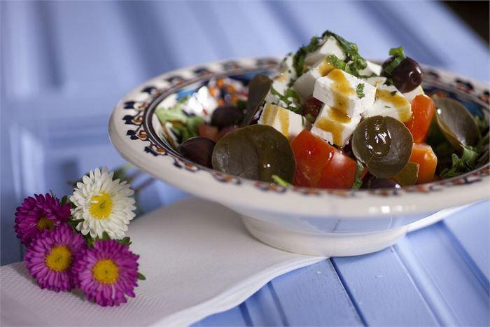 Σαλάτα ρόκα, σπανάκι, μαρούλι, ρόδι, ξινομυζήθρα Κρήτης & vinaigrette με γλυκό κρασί Σάμου Τιμή σαλάτας : 6,40€...Μια σαλάτα για τους λάτρεις της σωστής διατροφής. Υψηλή σε πρωτεϊνη και βιταμίνες αλλά χαμηλή σε λιπαρά, η ξινομηζύθρα, σε συμμαχία με το σπανάκι και τη ρόκα που είναι πλούσια σε φλαβονοειδή και πολυφαινόλες, προσδίδουν στον οργανισμό μας την προστασία που χρειάζεται.