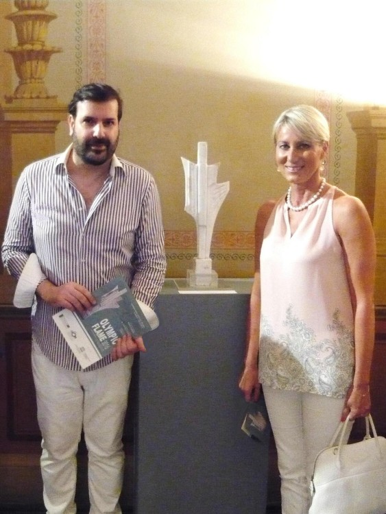 Ο Μιχαήλ Ρωμανός με την Νατάσα Καραμανλή δίπλα στο γλυπτό του Ανδρέα Παπαχρίστου