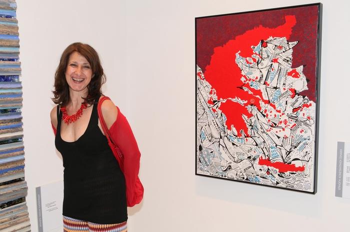 Η Τζένη Αντωνοπούλου μπροστά από το έργο του εικαστικού Κωνσταντίνου Ξενάκη «Η Κόκκινη Ελλάδα»