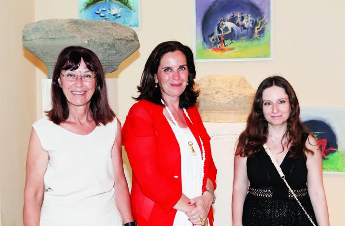 12. Η έφορος-αρχαιολόγος Στέλλα Χρυσουλάκη, η διευθύντρια της γκαλερί Citronne και ιστορικός τέχνης, Τατιάνα Σπινάρη– Πολλάλη και η υπεύθυνη αρχαιολόγος του Αρχαιολογικού Μουσείου Πόρου Μαρία Γιαννοπούλου