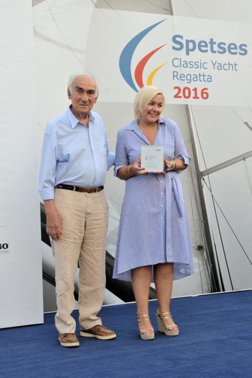 Η Μαρίνα Κουταρέλλη παραλαμβάνει τιμητική πλακέτα από τον Αλέξανδρο Παπαδόγγονα