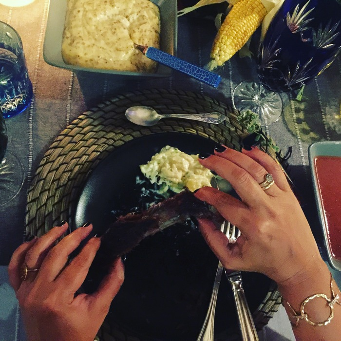 Τα spare ribs τρώγονται με τα χέρια