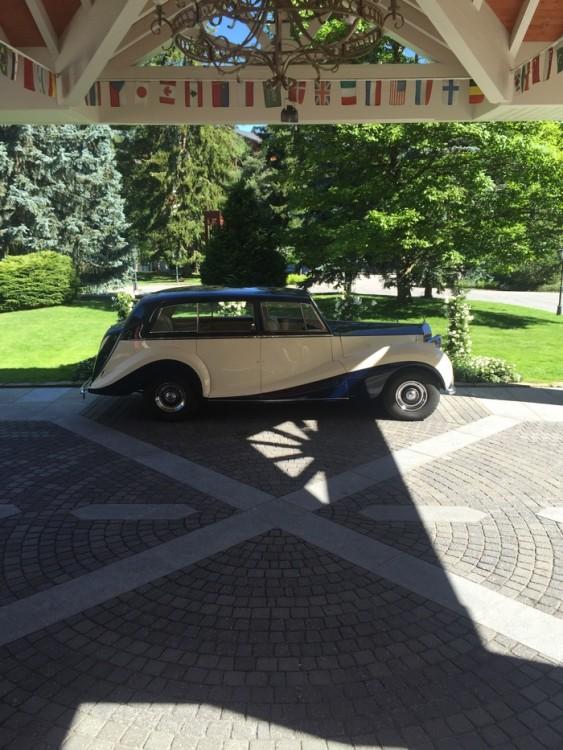 Η επιβλητική Rolls Royce έξω από το Palace...
