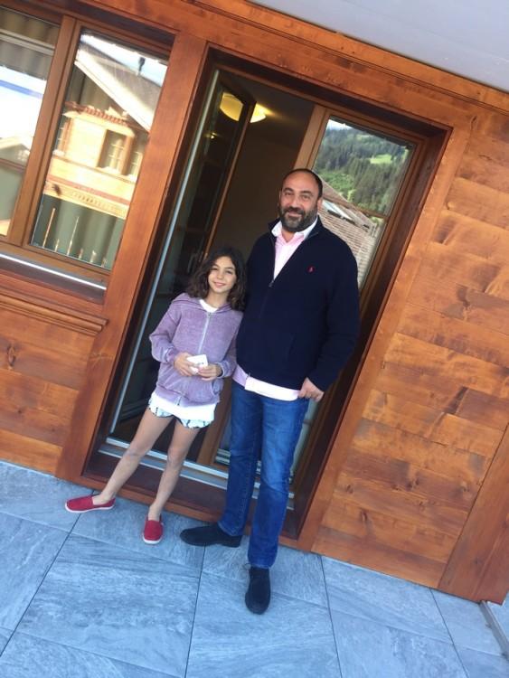 Με τον πατέρα της, έξω από το δωμάτιο της...