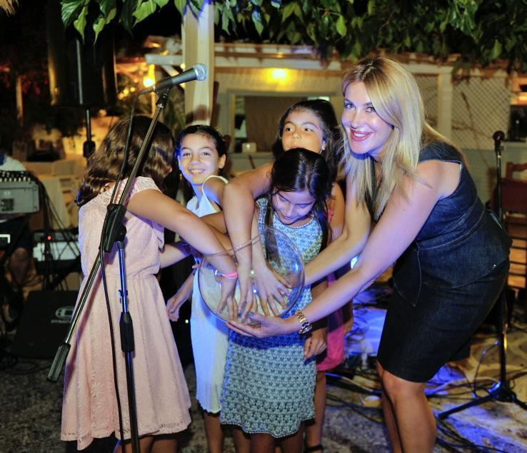 Η Άλκηστις Πρίνου Μπουκουβάλα, με την βοήθεια των παιδιών μας που διαλέγουν τον τυχερό λαχνό, όπου κέρδισε το κόσμημα που προσέφερε το κοσμηματοπωλείο του Ντίνου Κούκιαρη