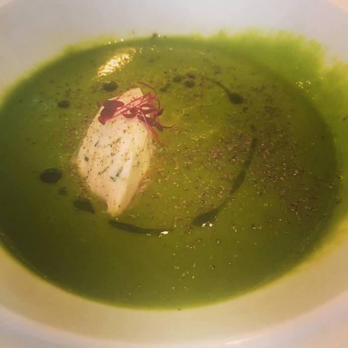 Gazpacho από αγγούρι και αβοκάντο με mousse καπνιστού σολομού! Σκέφτεστε τίποτα καλύτερο για ένα καλοκαιρινό lunch break?