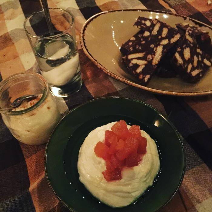 Γιαούρτι με γλυκό του κουταλιού, ρυζόγαλο, κορμό σοκολάτας, υποβρύχιο βανίλιας...