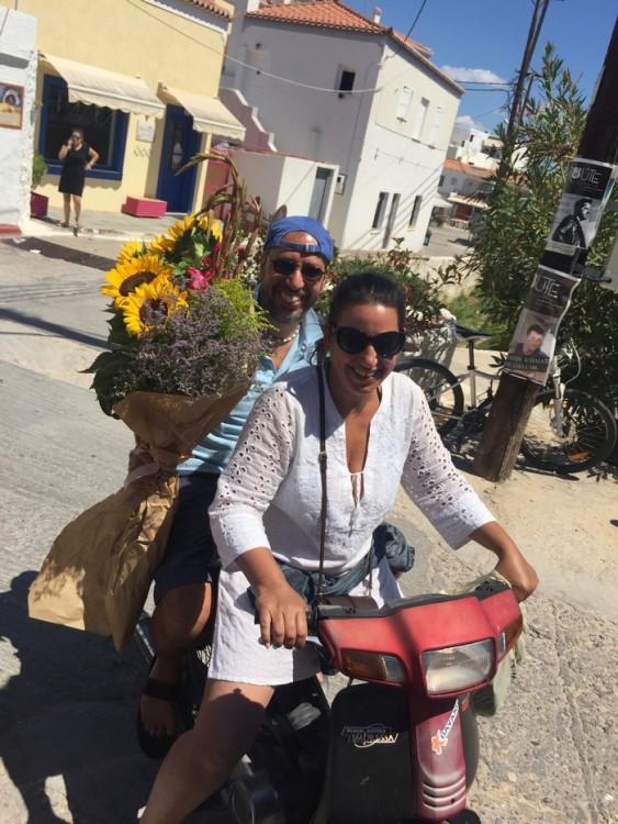 Ο Γιώργος και η Αντουανέτα Κουτσουράδη αφήνουν πίσω τους την λαϊκή αγορά του νησιού, και με όλα όσα θα χρειαστούν για το σημερινό μας τραπέζι αγκαλιά, ανηφορίζουν προς το σπίτι μας...
