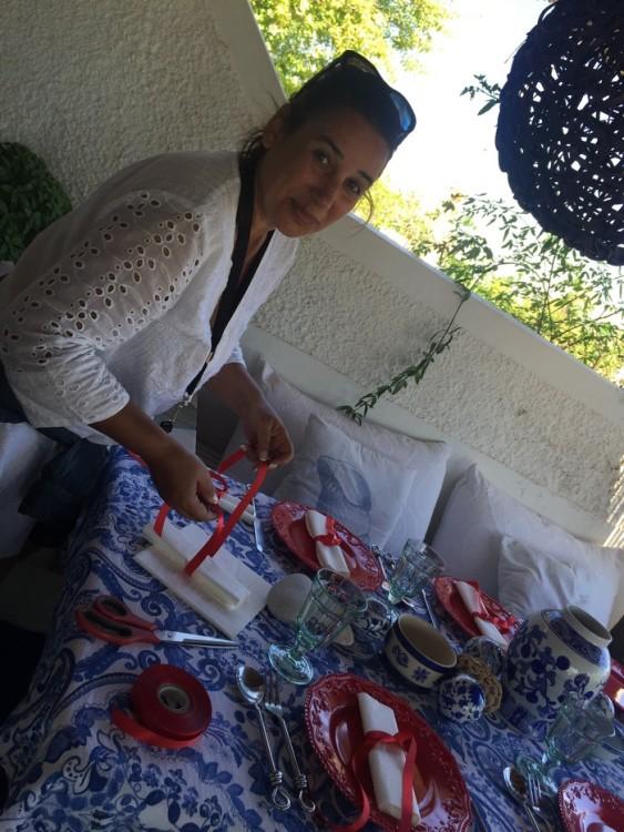 Η Αντουανέτα, με ένα μόνιμο χαμόγελο και πάντα να γεμίζει τον χώρο με την θετική της ενέργεια, συντονίζει την ροή και δένει με κόκκινη κορδέλα τις πετσέτες του φαγητού...
