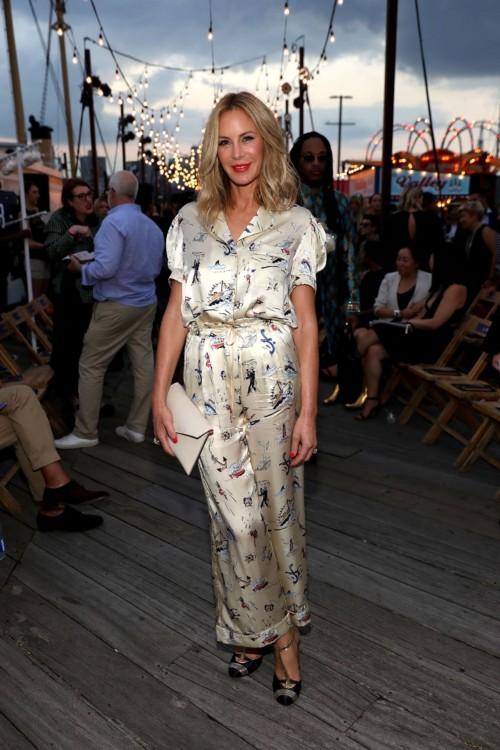 Η Dee Hilfiger φόρεσε ένα μεταξωτό σύνολο pajamas με εκτυπωμένα ναυτικά σχέδια και κεντημένα δετά τακούνια από την συλλογή Hilfiger Collection Fall '16.