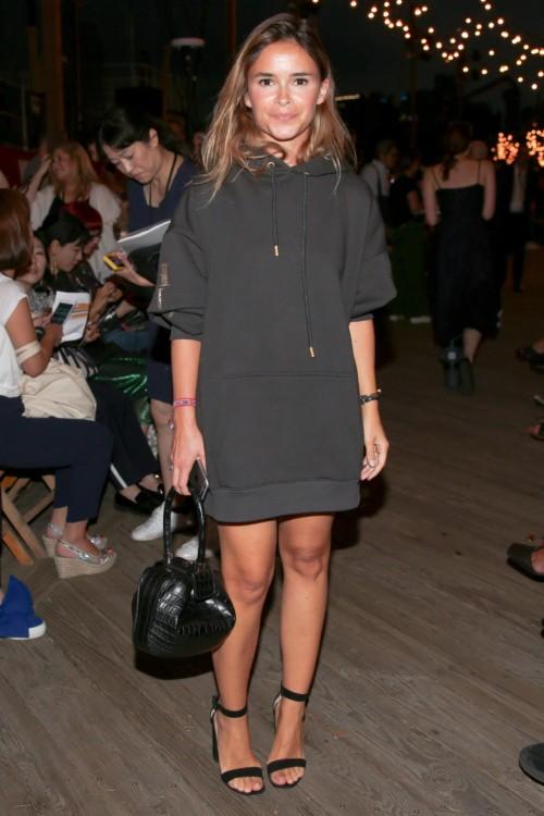 Η Miroslava Duma φόρεσε ένα μαύρο μακρυμάνικο φούτερ από την συλλογή Hilfiger Collection Fall '16.