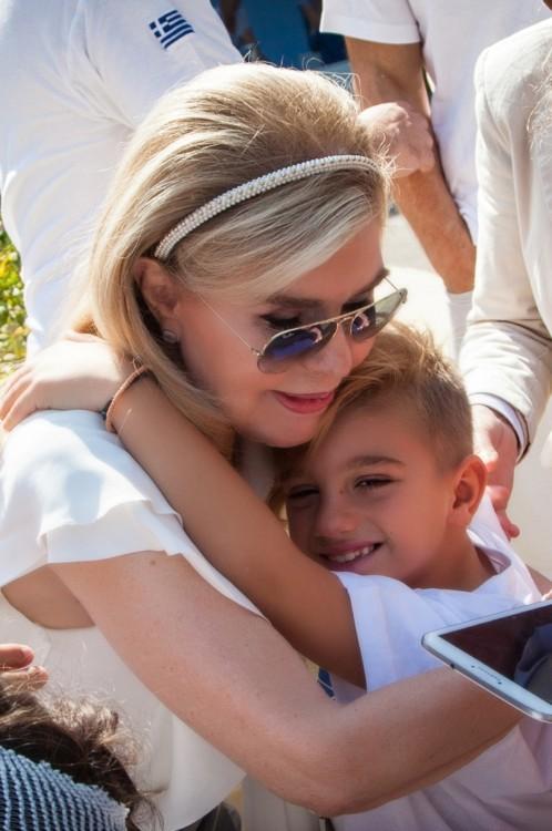 Η Μαριάννα Β. Βαρδινογιάννη με τον μικρό Ερμή, ένα από τα αποθεραπευμένα παιδιά της ΕΛΠΙΔΑΣ