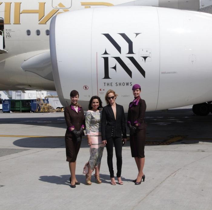 η Amina Taher, Επικεφαλής Εταιρικής Επικοινωνίας της Etihad Airways και το supermodel Amber Valletta αποκαλύπτουν τα διακριτικά του A380 της αεροπορικής, που περιλαμβάνει το επώνυμο λογότυπο «NYFW: The Shows» στις μηχανές και στις πόρτες του αεροσκάφους στο Διεθνές Αεροδρόμιο JFK.
