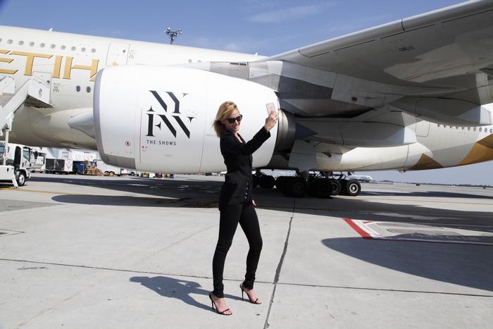 Το supermodel Amber Valletta βγάζει μια selfie με το αεροσκάφος A380 της #Etihad Airways στο Διεθνές Αεροδρόμιο JFK.