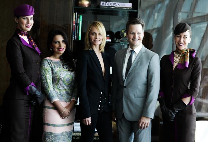 πλαισιωμένοι από το πλήρωμα της Etihad Airways) Η Amina Taher, Επικεφαλής Εταιρικής Επικοινωνίας της Etihad Airways, το Supermodel Amber Valletta και o Patrick Pierce, Αντιπρόεδρος του τμήματος Χορηγιών της Etihad Airways γιορτάζουν το λανσάρισμα της συνεργασίας μεταξύ Etihad Airways και Jimmy Choo για την Εβδομάδα Μόδας της Νέα Υόρκης στο Lounge Πρώτης και Διακεκριμένης θέσης της Etihad Airways στο Διεθνές Αεροδρόμιο JFK στη Νέα Υόρκη.
