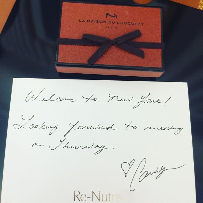 Στο γραφείο μου, βρίσκω να με περιμένει η αλληλογραφία μου: Ένα κουτί σοκολάτες από την Carolyn Murphy...