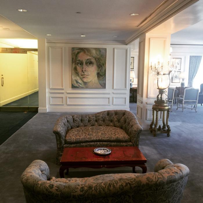 To κεντρικό σαλόνι των γραφείων της Estee Lauder όπου κυριαρχούν οι αγαπημένες της αντίκες, και φυσικά, το πορτραίτο της... Marion Pike, Oil on Canvas...
