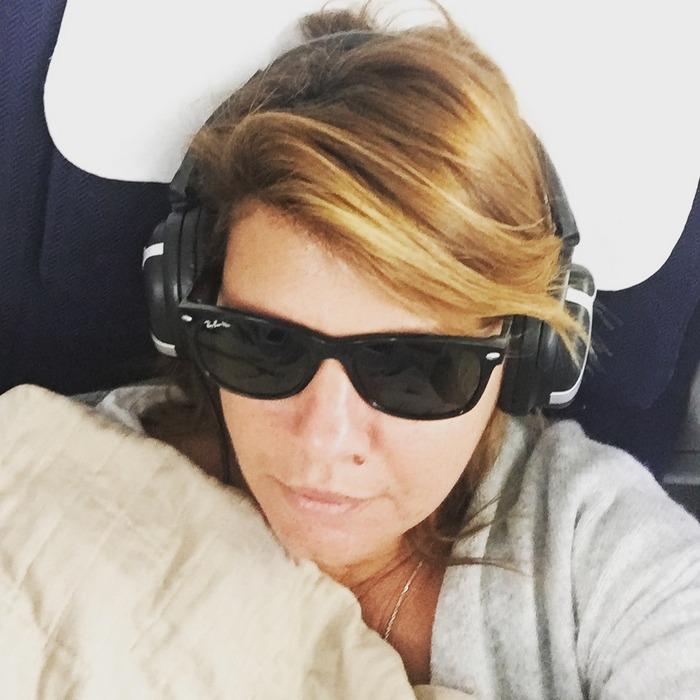 Φοράω τα ακουστικά μου και ετοιμάζομαι να κοιμηθώ...Hope so!