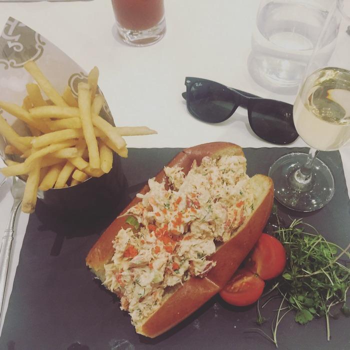 Το μεσημέρι η παρέα συναντιέται στο The King Cole Bar για Lobster Rolls...
