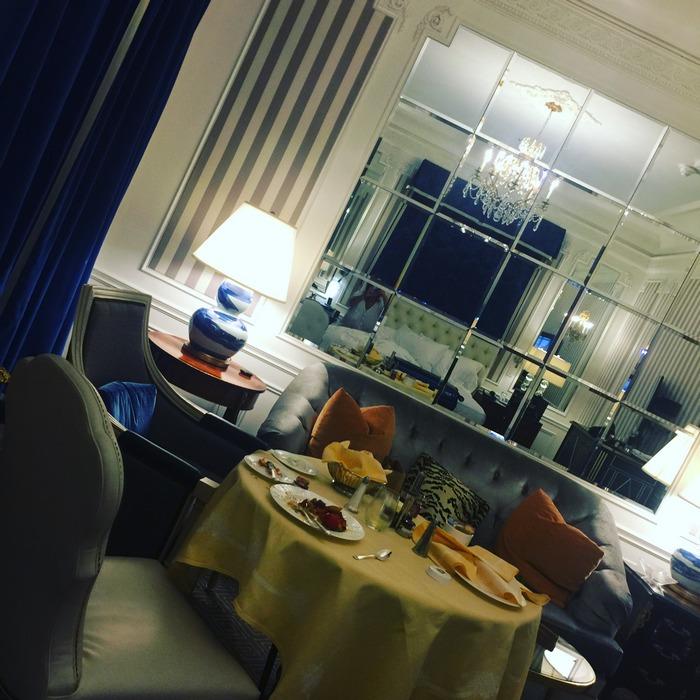 Στο δωμάτιο 309 του St.Regis, 3 το πρωί...