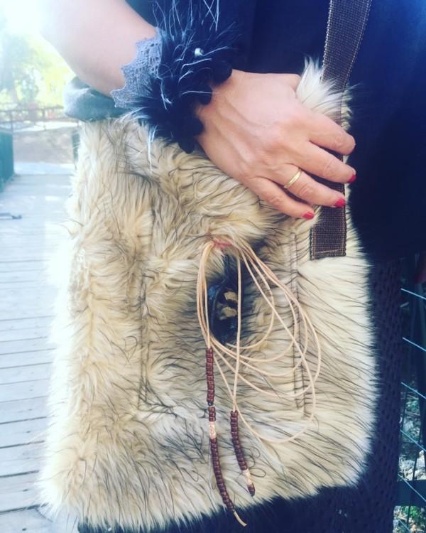 Η cross bag από οικολογική γούνα που είχα πάρει μαζί μου στη Νέα Υόρκη και δεν την κράτησα ούτε μία φορά. Είχε πολύ ζέστη. Την φοράω σήμερα πρώτη φορά, και από ότι φαίνεται θα την κρατάω και όλο τον χειμώνα....