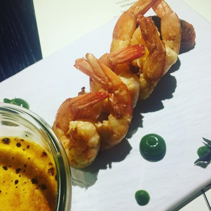 """Γαρίδες """"σαγανάκι"""", ψητές με ντομάτα και brûlée φέτα..."""