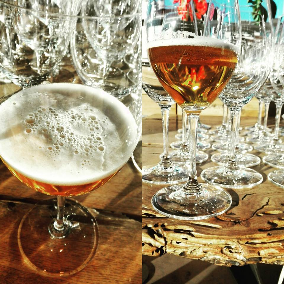Η παρέα είναι όλη εδώ, τσουγκρίζουμε τα ποτήρια μας και αφήνουμε το δείπνο να μας παρασύρει στην μαγεία του...