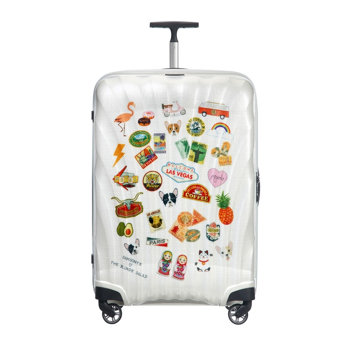 Η limited edition βαλίτσα κυκλοφορεί αποκλειστικά σε λευκό χρώμα, με διάσπαρτα αστεία αυτοκόλλητα, αντανακλώντας το μοναδικό, προσωπικό στυλ της Chiara.