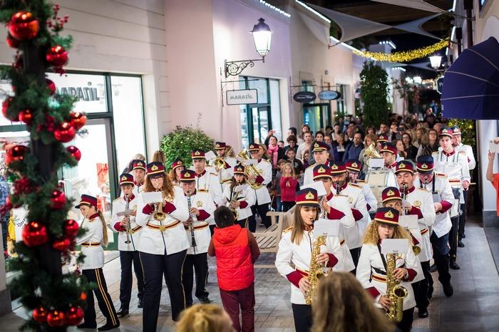 Ορχήστρα του Δήμου Ραφήνας – Πικερμίου στα στολισμένα γραφικά σοκάκια του εκπτωτικού χωριού