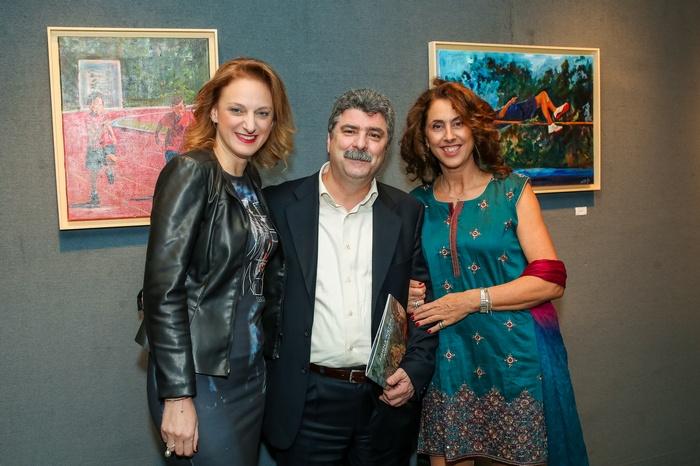 Η επικεφαλής του Ταμείου Υποτροφιών Κασταλία Σαμοΐλη, ο Διευθυντής Δημοτικού Κολλεγίου Αθηνών Λουκάς Ζάχος και η ζωγράφος Αθηνά Χατζή