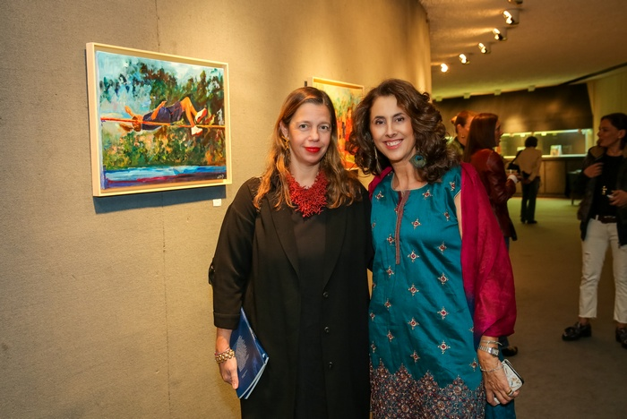 Η επιμελήτρια της έκθεσης Ίρις Κρητικού και η ζωγράφος Αθηνά Χατζή