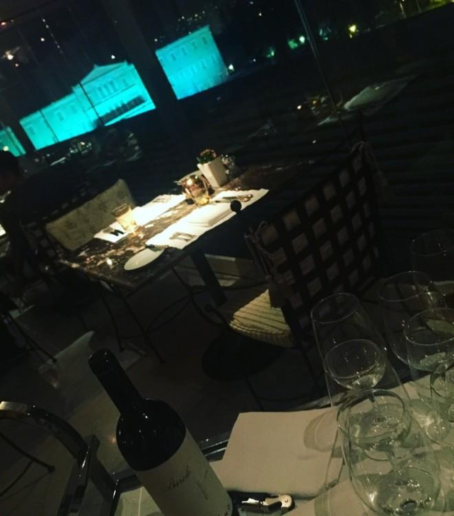 Με ένα Barolo στο τραπέζι μας και με την φωταγωγημένη βουλή στην θέα μας, λέμε τα πρώτα νέα της ημέρας, όσο ο maitre ακουμπάει με τα λευκά γάντια του το menu στο τραπέζι μας...