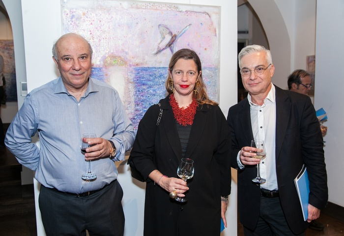 Ο Κώστας Ευριπίδης με την Ιστορικό Τέχνης Ίριδα Κρητικού και τον δημοσιογράφο Νίκο Βατόπουλο .