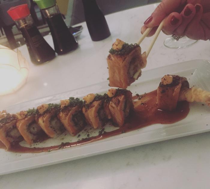 Ετοιμάζει για εμάς Salmon teriyaki on shrimp tempura... Αν και εμείς θα πάμε σήμερα το δείπνο μας παραδοσιακά, μας στέλνει αυτό το κέρασμα. Και εγώ θέλω να ξανά έρθω σύντομα για sushi αυτή την φορά. Είναι υπέροχο.