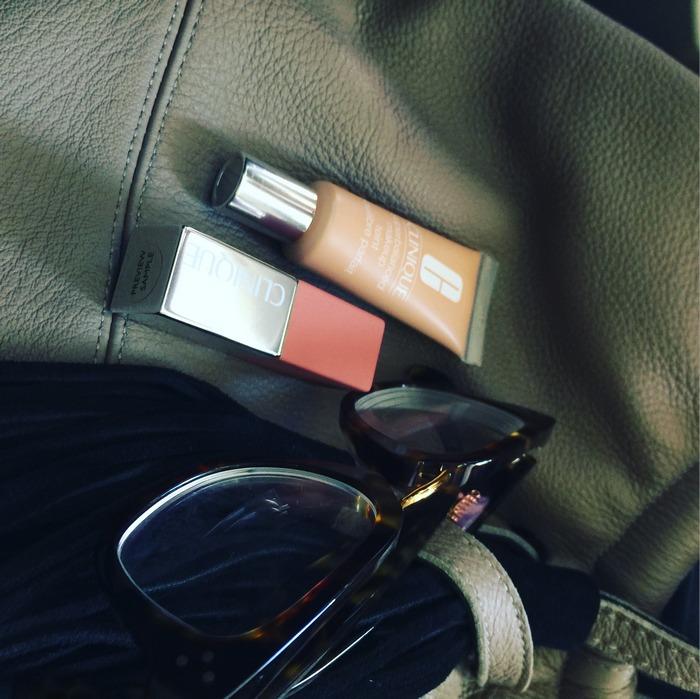 Στο αεροπλάνο έχω μαζί μου το νέο Clinique Pop Matte Lip Color + Primer σε nude χρώμα. Υπέροχο για τα ταξίδια μου μιας και είναι κρεμώδες αλλά και ματ, προσφέροντας στα χείλη μου μοναδική υγρασία και πλούσιο φυσικό χρώμα. Επίσης, έχω το νέο μου φανταστικό απόκτημα, το 15ml Superbalanced make up της Clinique, σε ειδική συσκευασία για τα ταξίδια μου!