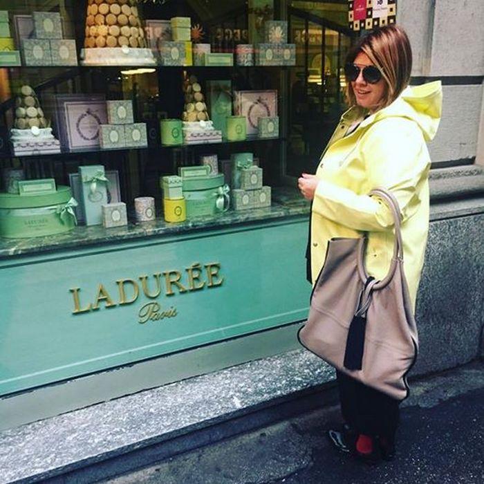 Το επόμενο πρωί με βρίσκει μπροστά στην βιτρίνα του LADUREE...