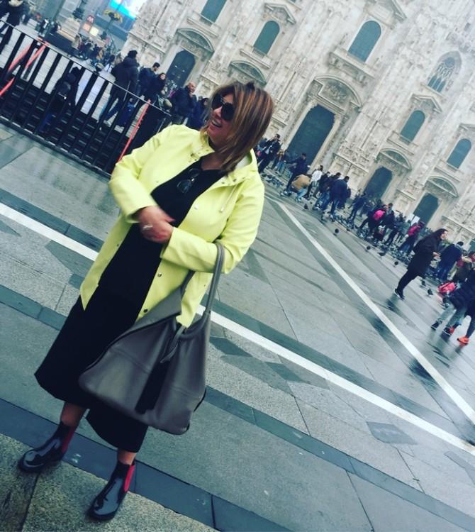 Στην Piazza del Duomo, κατευθυνόμενη προς την Galleria Vittorio Emanuele, τον πρόδρομο όλων των σύγχρονων εμπορικών κέντρων...