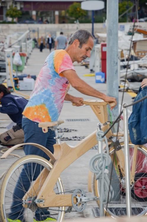 Ο ιδρυτής της Coco – Mat, Πωλ Ευμορφίδης με το διάσημο ξύλινο ποδήλατό του