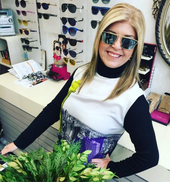 Η Ρένα Φλεβαράκη, το πιο σωστό άτομο: α. να σου φτιάξει την ημέρα με το χαμόγελο και τα detox κεράσματα της β. να σε καθοδηγήσει να βρεις το καταλληλο ζευγάρι για εσένα...